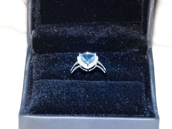 Ring of white gold 18 kt with diamonds and aquamarine
