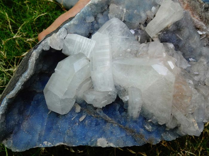 Apophyllite slim crystal bunch with stilbite small crystals on chalcedony - 30 x 26 cm - 4336 gm