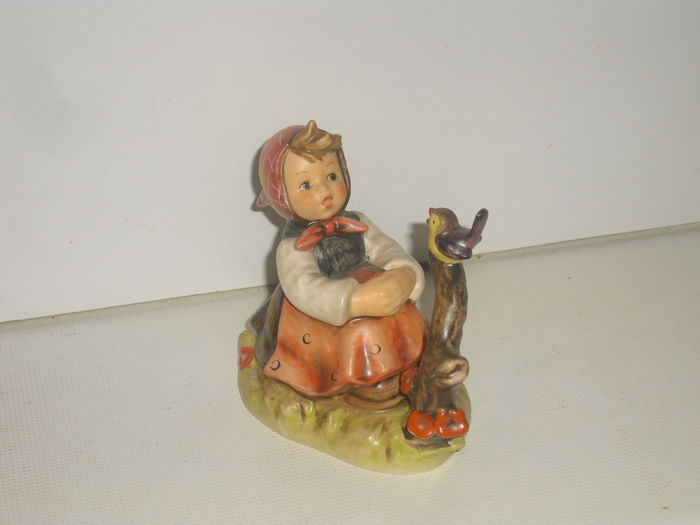 Hummel Goebel 4I4 Girl Sitting in Front of a Songbird