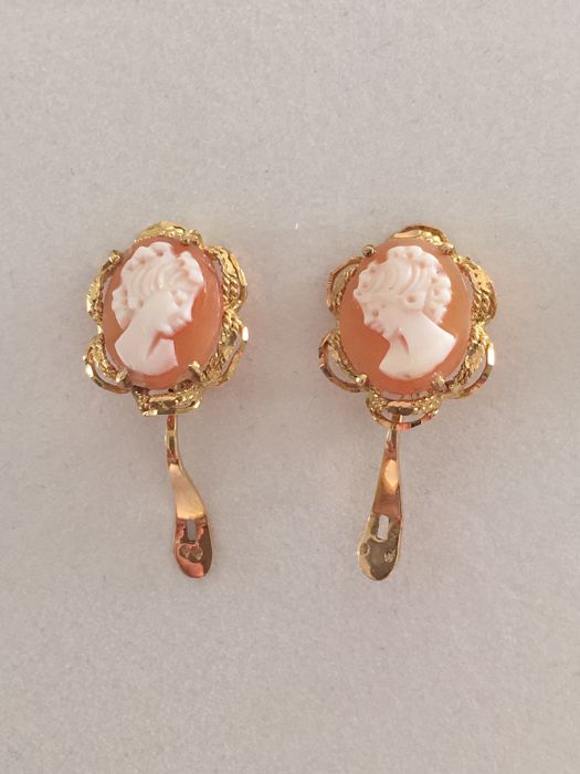 &&& NO RESERVE &&& Antique earrings in 18 kt gold with cameo set on coral base