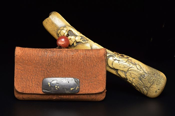 A deer horn kiseru (tobacco pipe) case and leather pouch -Japan - Mid 19th century