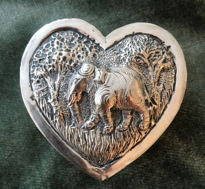 Beautiful art handcrafted antique Silver lid box in heart shape with tiger and elephants - India - 2nd half 20th century
