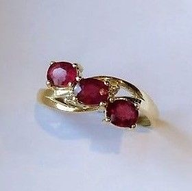 *** No reserve price*** New ring, Trilogy of Rubies with 2 Diamonds, 14 kt Gold Made in Spain - 18 mm in diameter