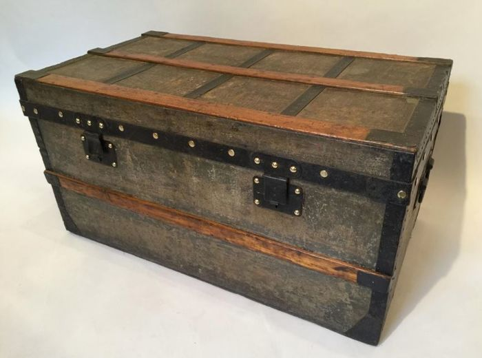 "A Louis Vuitton ""Gris Trianon"" canvas malle or steamer trunk - France -  circa 1870"