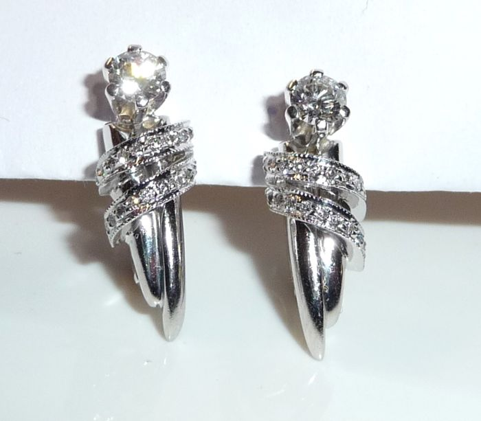Earrings made of 14 kt / 585 white gold total of 1 ct diamonds of which 2x are 0.28 ct, H/VVS-IF + 44x 0.01 ct each.
