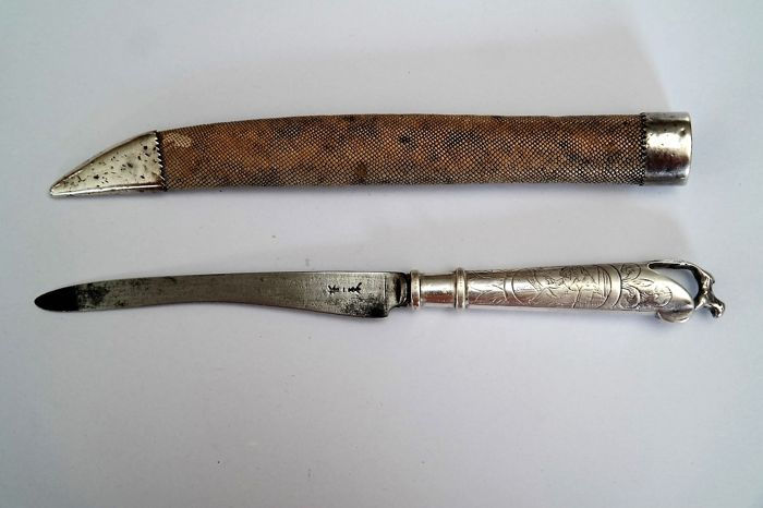 Zilveren Amsterdams 18e-eeuws pistoolmes met schede van roggehuid/ Silver 18th century Pistol Knife from Amsterdam with a sheath of ray skin