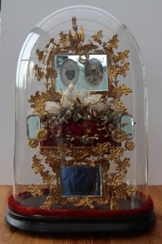 Bridal bell jar, complete with mirrors, wax and silk flowers, cushion for the rings - France - ca. 1900
