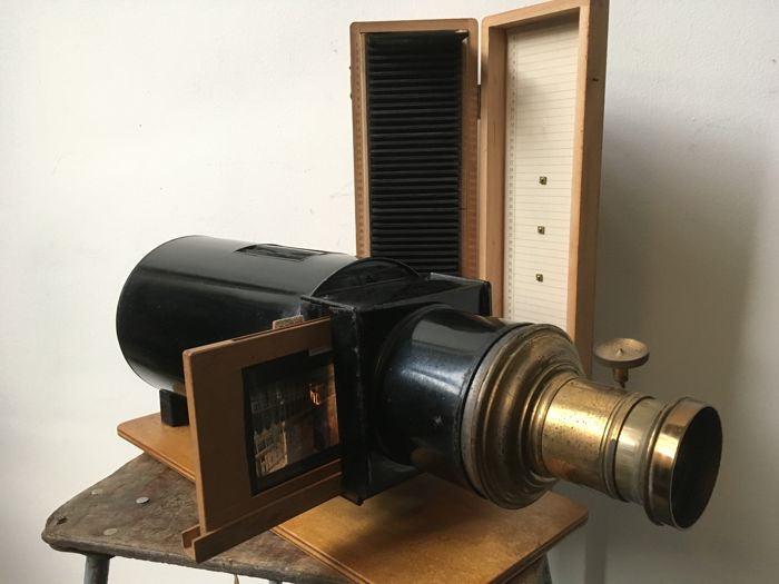 Slide projector / magic lantern with 50 original glass slides (8 x 8) of amongst others Berlin, Paris, Warsaw etcetera