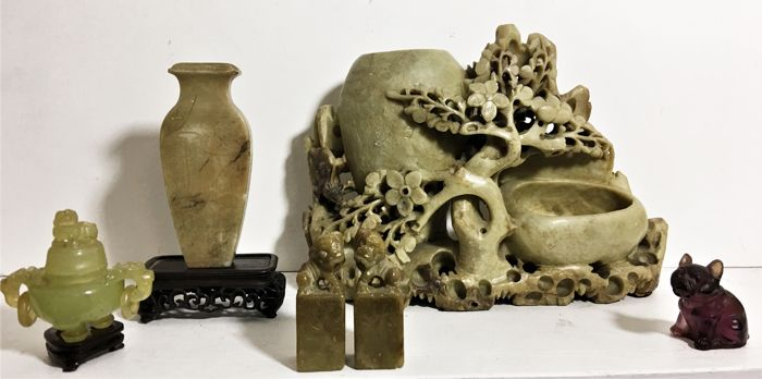 Handcarved stone work and serpentine, with an incense jar with rings, stamps with foodogs  - China - mid-late 20th century