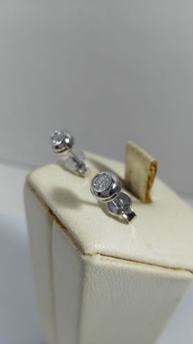 Earrings in 18 kt white gold with diamonds totalling 0.12 ct
