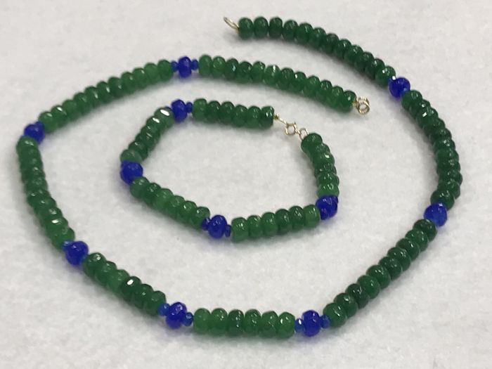 Set of emerald and sapphire with 18 kt gold. 49 cm and 19.90 cm
