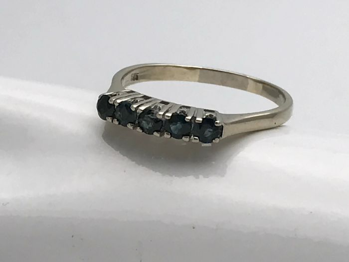 Sapphire ring, 5 brilliant cut sapphires set in row, 14 kt / 585 gold