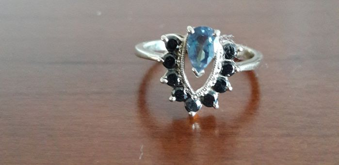 14 kt white gold ring with 1 sapphire and 9 black diamonds, ring size: 17.5
