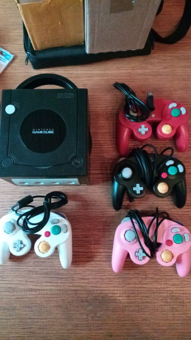 Game cube + 4 controllers + 3 games +2 memory cards