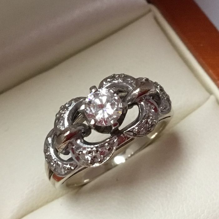 White gold 14 kt (585/1000) women's ring with 1 brilliant cut diamond and 14 octagon cut diamonds, total of 0.64 ct TW/VVSI
