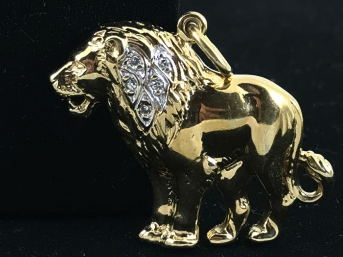Large Lion and diamonds 18k gold pendent