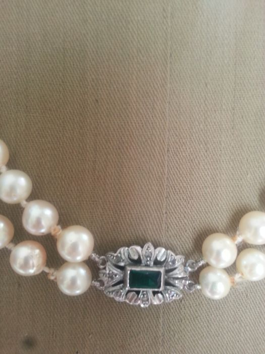 122 cultured pearls, magnificent orient, salt water, 18 kt white gold brooch, with green stone, small rose-cut diamonds