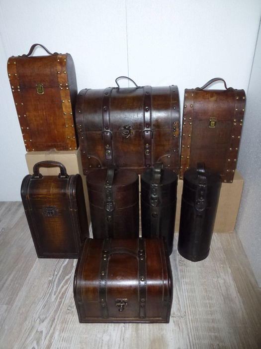 Collection of 8 different wooden (wine) cases/boxes finished with leather straps and brass / copper fittings