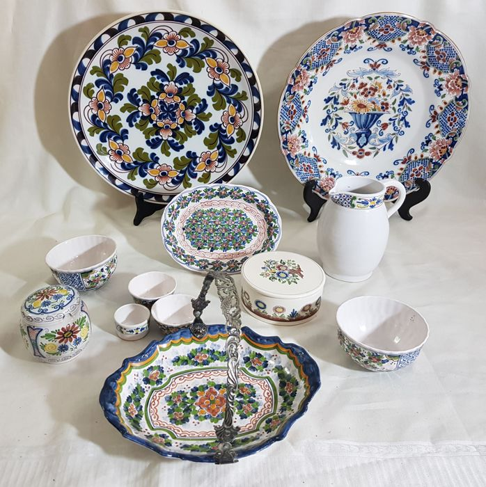 Lot with twelve pieces of Frisian earthenware
