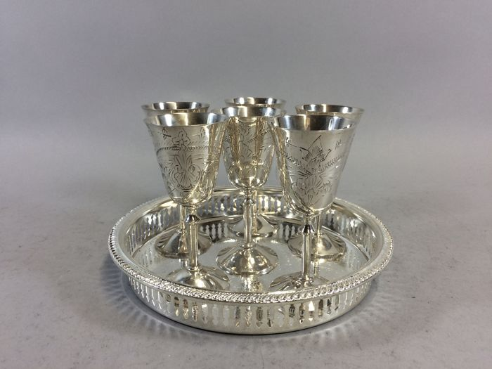 Six silver plated wine goblets on a silver plated presenting tray, England, ca. 1945 23/3