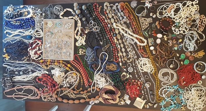 Large collection of decorative jewellery - approx. 220 pieces
