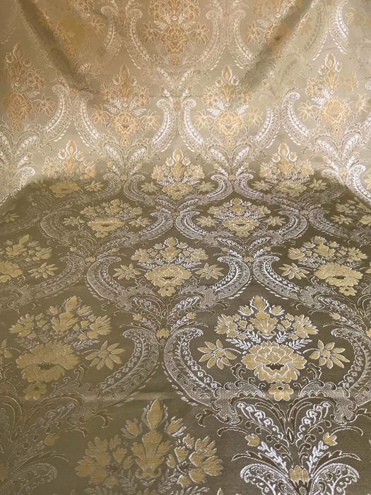 5.40 metres of royal damask fabric with floral pattern on a gold base