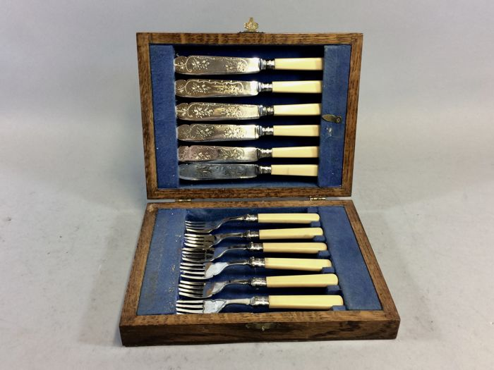 Silver plated fish cutlery with beautiful floral decoration for 6 people, in original wooden case, England, ca. 1890 16/3