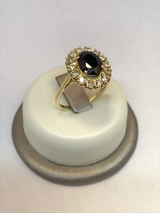 Margherita (daisy) ring in 18 kt yellow gold With central sapphire and brilliant cut diamonds