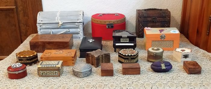 Lot of 20 magnificent boxes from a private collection: from wood, mother-of-pearl,  various metals.