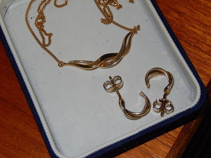 Gold necklace with earrings of 18 kt gold (bicolour). Total weight: 7 grams