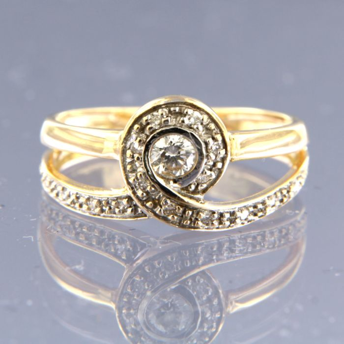 18 kt bicolour gold ring with a central 0.13 carat brilliant cut diamond and 15 brilliant cut diamonds 0.17 ct