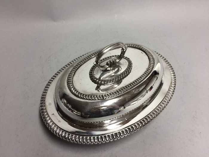 A Silver plated double serving tray with removable knob, England, ca. 1910 16/3