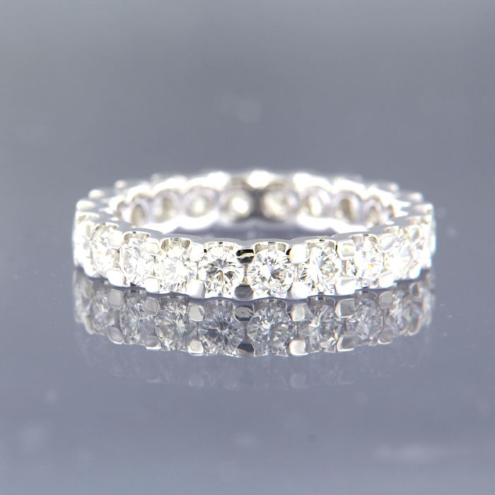 14 kt White gold full eternity ring, set with 22 brilliant cut diamonds, approx. 1.90 ct in total, D-F VS-SI