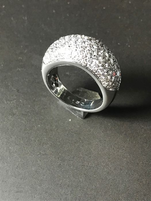 18 kt gold ring with pave of diamonds totalling 1.5 ct
