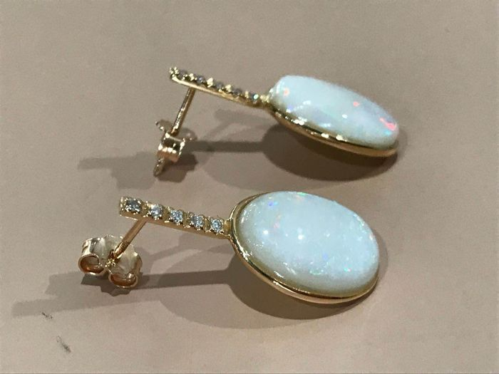 Rose gold earrings with Australian opals, 7.40 ct, and 0.12 ct diamonds, E colour VVS