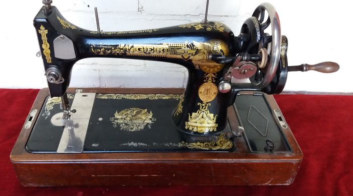 Hand sewing machine with wooden cover Singer 127K, 1926