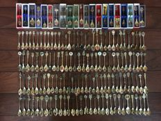 Collection of 150 pieces of souvenir spoons/teaspoons