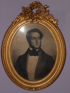 Wooden gilded picture frame in a nice size with a portrait-lithography of a man from 1820 - ca. 1850