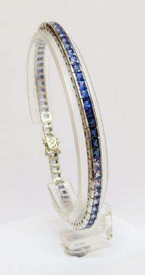 585 white gold tennis bracelet with 30 sapphires & 35 topaz - total 9.70 ct