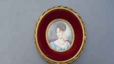 Miniature painting of an elegant with necklace on oval ivory- signed F Sot mir? - France - 1900-1920