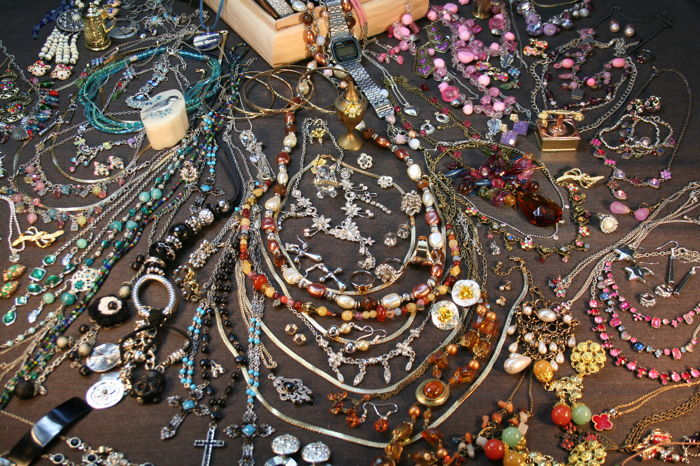 Large collection over 200 items of mixed jewelry, crystal cat, Casio retro vintage watch .