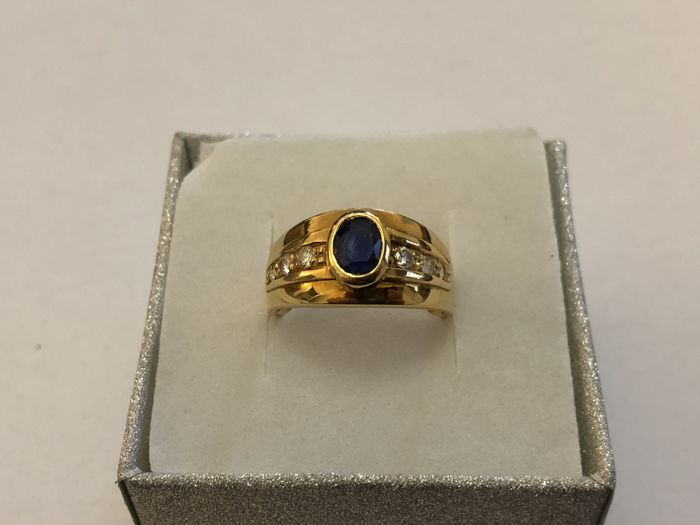Ring in 18 kt yellow gold with sapphire and diamonds