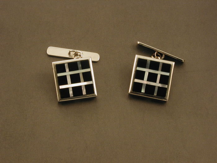 Shirt cufflinks in 18 kt (750) white gold - total weight: 11 g - 2 pieces, onyx stones and mother-of-pearl - size: 1.40 × 1.40 cm