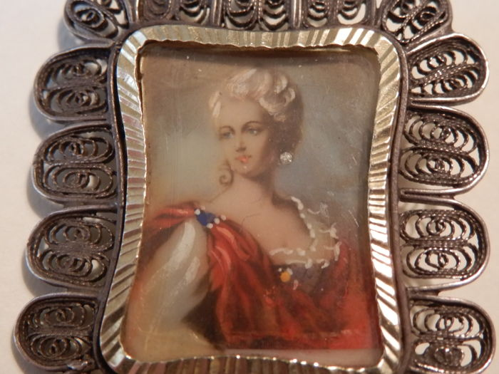 Antique brooch/pendant in 18 kt gold with a beautiful hand-painted miniature