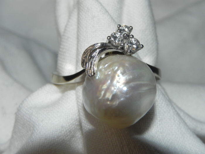 White gold ring with 3 brilliants 0.18 ct and baroque pearl