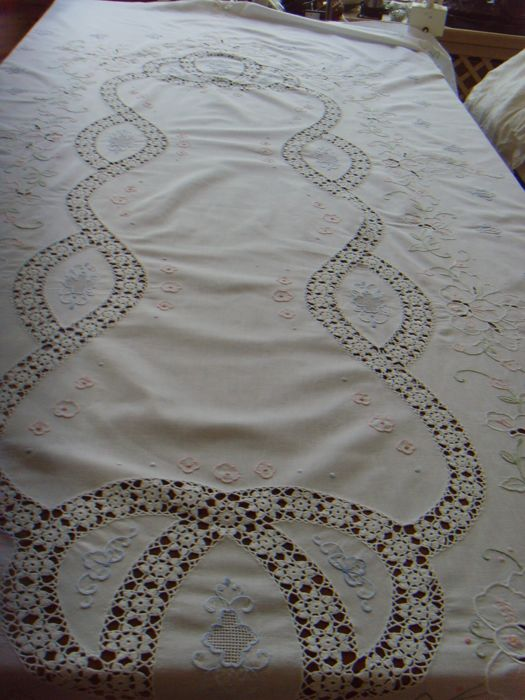 Large tablecloth - around 1.70 m x 2.60 m embroidered - needle lace - cotton - around 1950 - Italy.