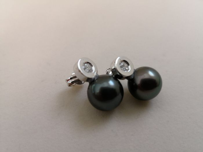 Earrings in 18 kt gold, with Tahitian pearls measuring 10 mm, and colour H, clarity SI diamonds weighing 0.20 ct. No reserve.