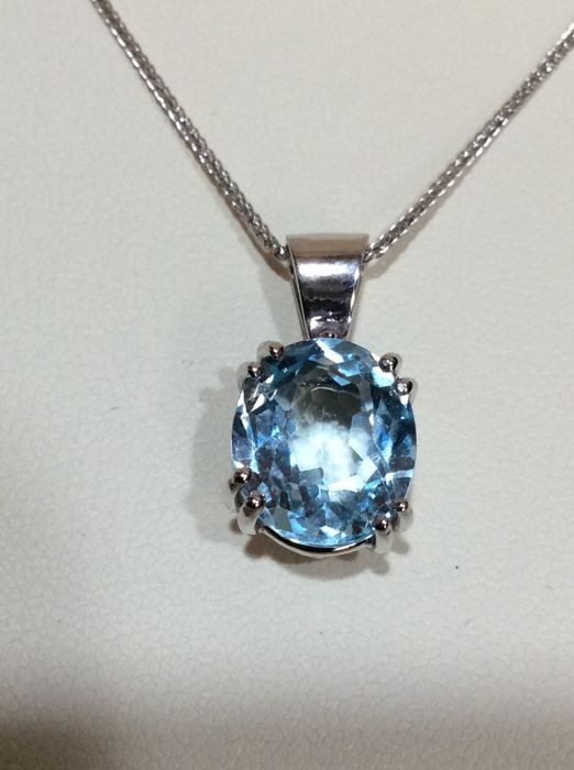 Necklace in 18 kt gold with oval cut blue aquamarine weighing 4.44 ct