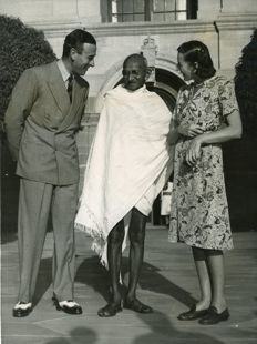 Unknown / Associated Press  - Mahatma Gandhi, Louis Mountbatten and wife, 1947