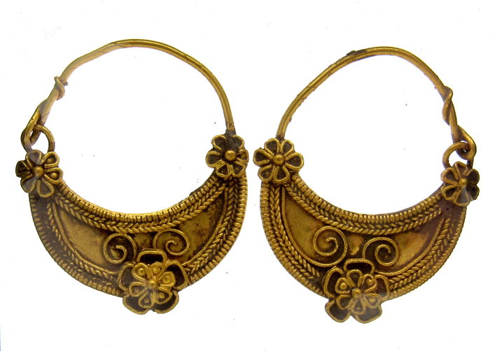 pair of ancient roman gold earrings with filigree 24